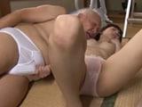 Joven asiática se desnuda para su abuelo