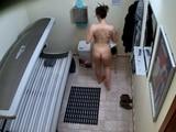 Grabada desnuda en un solarium