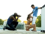 Posando desnuda para dos amigos