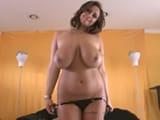 Milf brinda un striptease a su marido