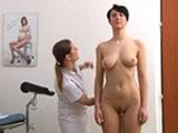 Ginecóloga soba a una paciente desnuda
