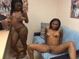 Negritas desnudas en una entrevista