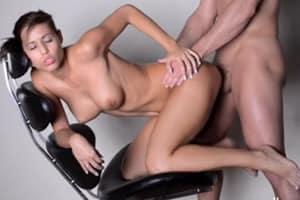 Sexo anal en una silla