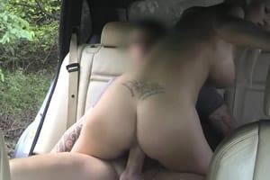Rubia con tetas gordas follada en el taxi