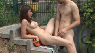 Parejas desnudas follando en el parque