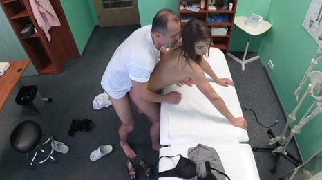 El doctor la ayuda a quedarse embarazada