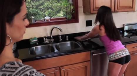 Madre se folla a su hija en la cocina
