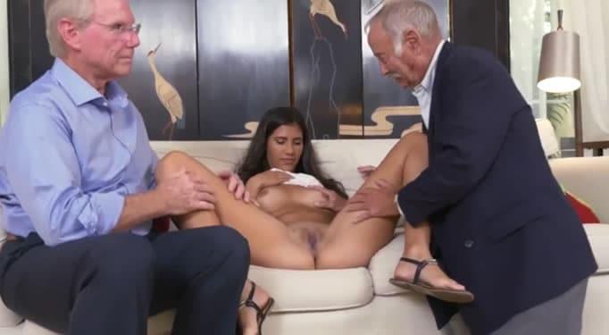 Chica caliente da una mamada - 3 part 6