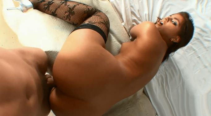 Esta puta demostró ser una maestra del porno anal