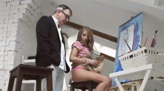 Estudiante jovencita seduce a su viejo profesor