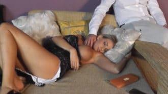 Desnudando a su hijastra borracha