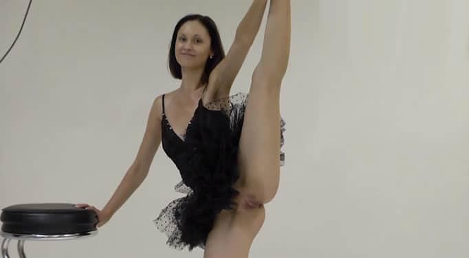 Bailarina profesional bailando sin bragas