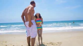 Conoce a una teen en la playa y se la lleva a casa