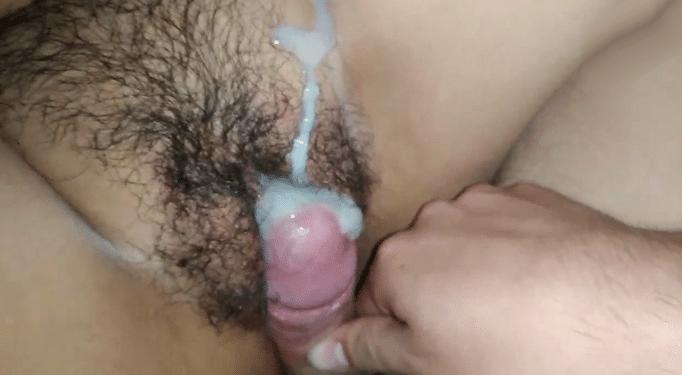 Mi prima mexicana se quedó dormida y llené su coño peludo con mi leche