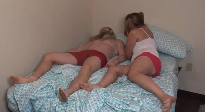 La gordita de su hermana se metió en la cama mientras él dormía