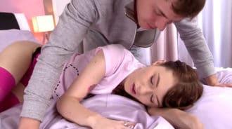 Se encuentra a su joven novia dormida y se la folla