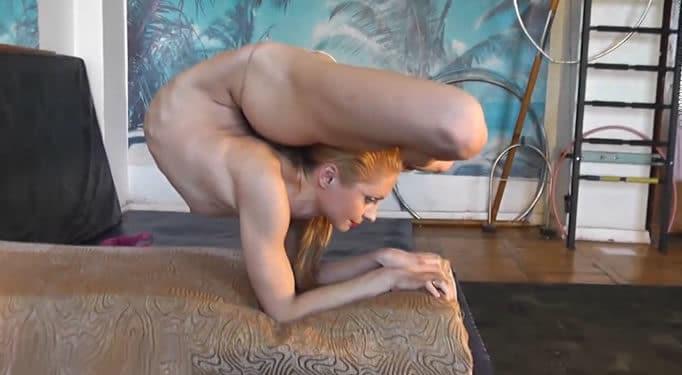Jovencita contorsionista bailando acaba así