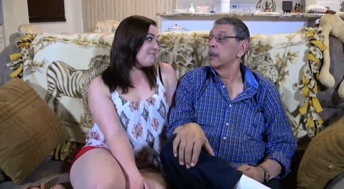 Jovencita cachonda se desnuda delante de su abuelo