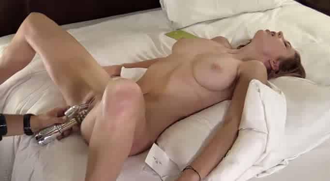 La chica tiene el mayor orgasmo de su vida